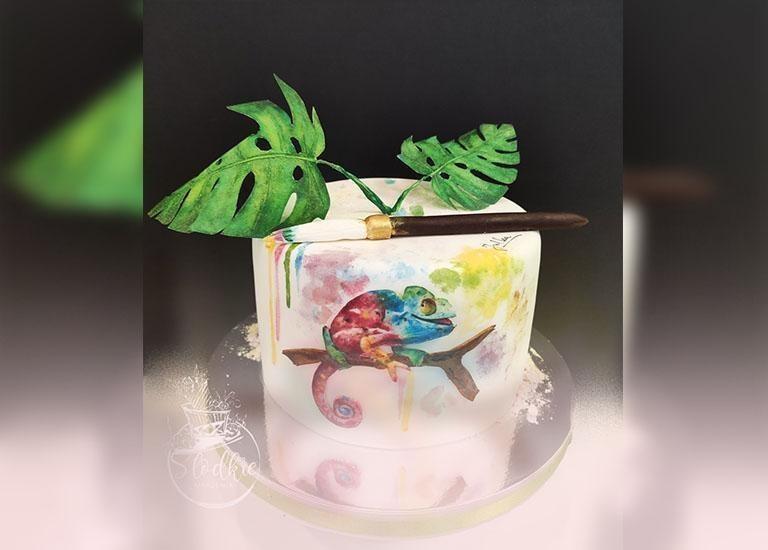 tort znamalowanym kameleonem