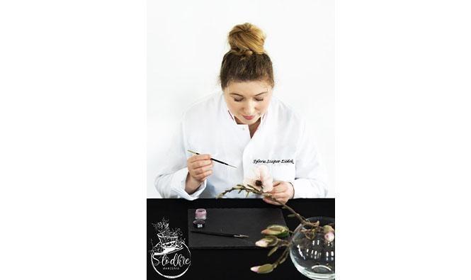 kobieta ręcznie malująca ozdobę natort