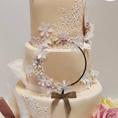 tort-weselny-koronka-kwiaty